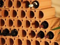 Detailansicht Weinpyramide mit Weinlagersteinen Un