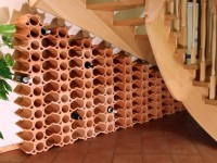 Weinregal unter der Treppe mit Weinlagerstein Casier