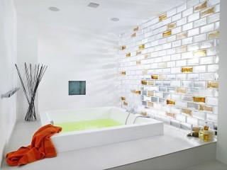 Badezimmer mit lichtdurchfluteter Wand