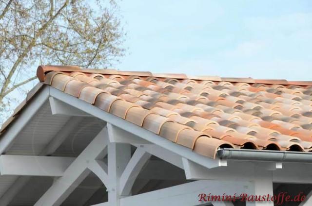 schöner Dachüberstand mit kleiner Gaube mit weißen Balken und schönem milden mediterranen Dach
