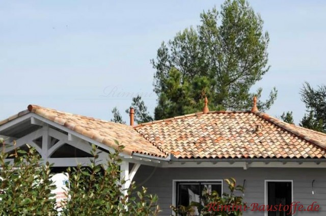 kleiner Bungalo in grauer Holzoptik mit einem schönen kleinen Dachund vielen Verzierungen