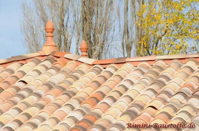 Dachverzierungen wie sie im Süden typisch sind zu einem schönen mediterranen Dach