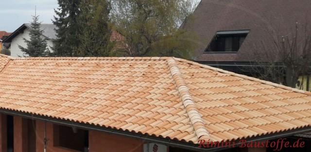 wunderschoener mediterraner Farbton auf dem Dach
