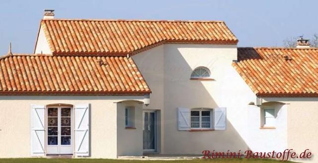 schönes rötlich changierendes Dach passend zu einer hellen Putzfassade