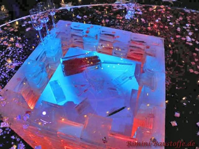 moderner Tisch aus Glasbausteinen beleuchtet