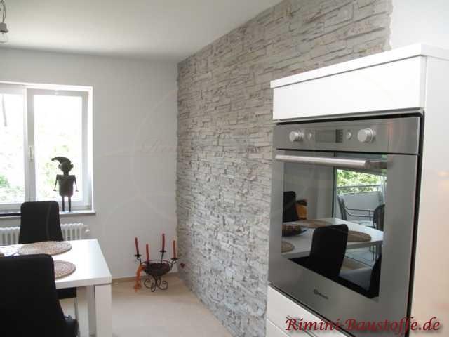 Küchenwand in heller Natursteinoptik
