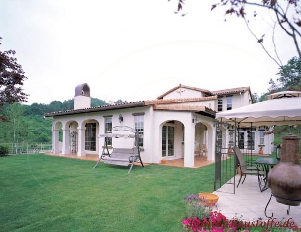 Südansicht eines Traumhauses mit schöner Terrasse im südlichem Stil