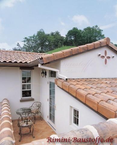 Nahaufnahme einer wunderschönen Terrasse bzw. Balkon in Frankreich. Im Vordergrund sind farbige Dachpfannen zu sehen