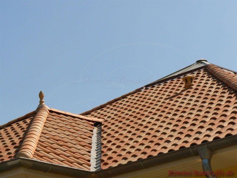 Rot orange Dachsteine aus Ton die in Deutschland auf einer Toskanavilla zum Einsatz kamen