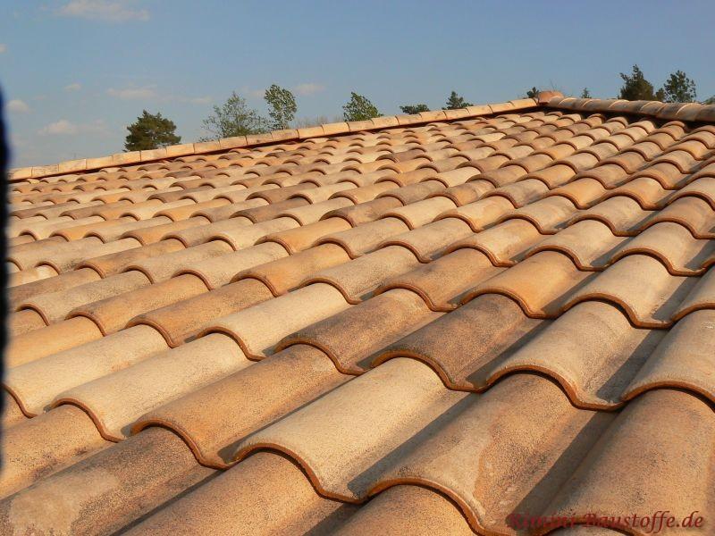 schönes Foto einer sandfarbenen Dachfläche bei Sonneneinstrahlung. Es kommen die verschiedenen Farbtöne der mediterranen Dachziegel seh