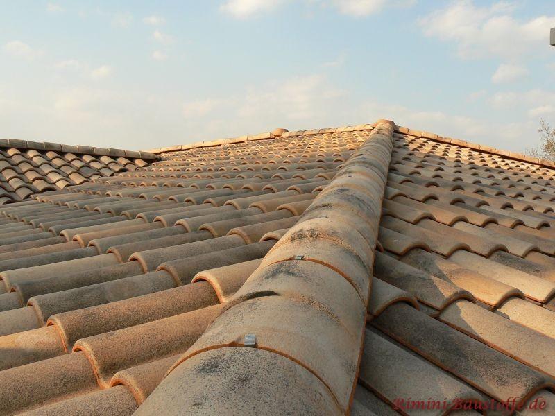 Große Aufnahme von mediterranen Dachziegeln und einem Walm