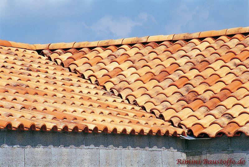 besonders helle Dachfläche in Herbstfarben