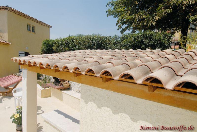 schöne überdachte Terasse mit mediterranen Dachziegeln gedeckt, die von unten sichtbar sind