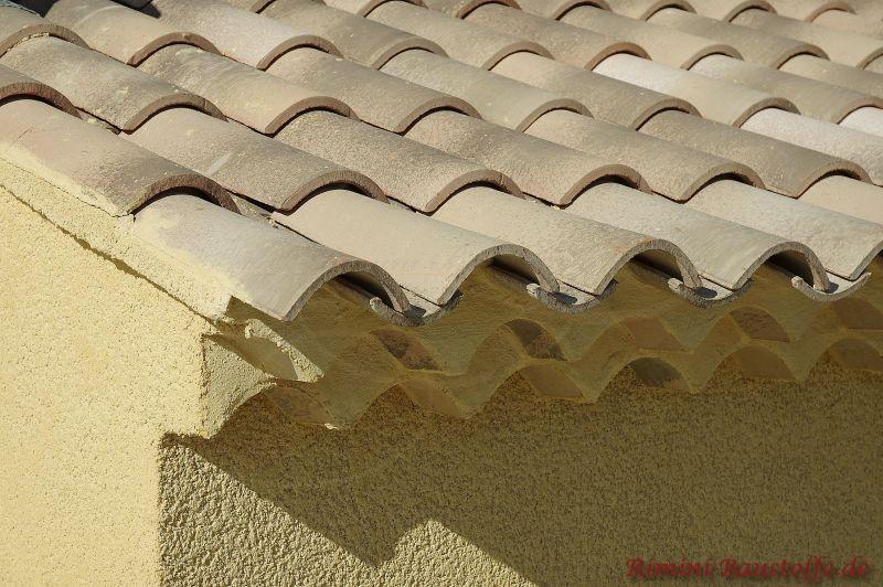 schöner braun bzw. sandfarbener Dachziegel mit sehr schöner Traufe