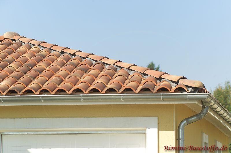 sehr schöner roter mediterraner Dachziegel passend zur hellen Fassade und hellen Faschen
