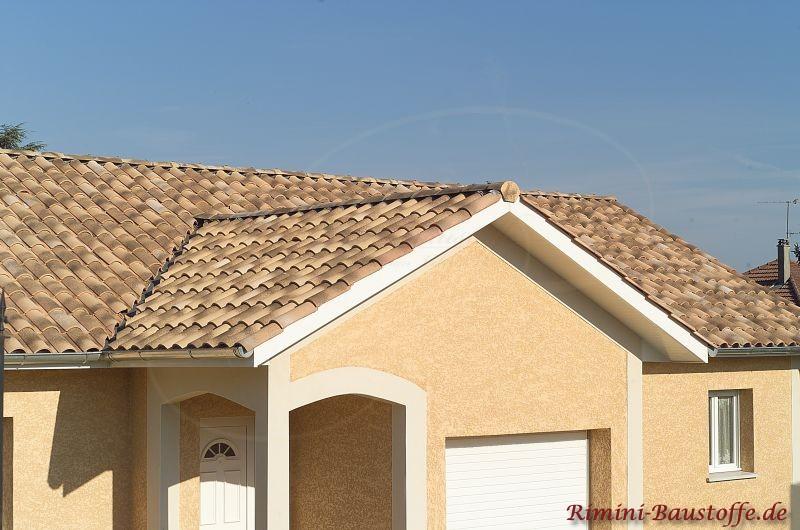sehr schönes mediterranes Wohnhaus mit bräunlichem Dach und schöner heller Putzfassade