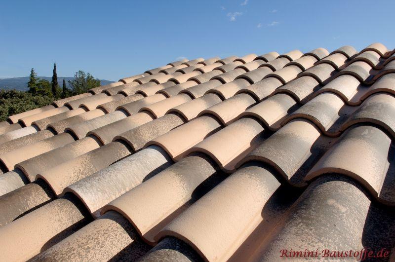 Nahaufnahme schöne sandfarbene Dachziegel mit alter Optik