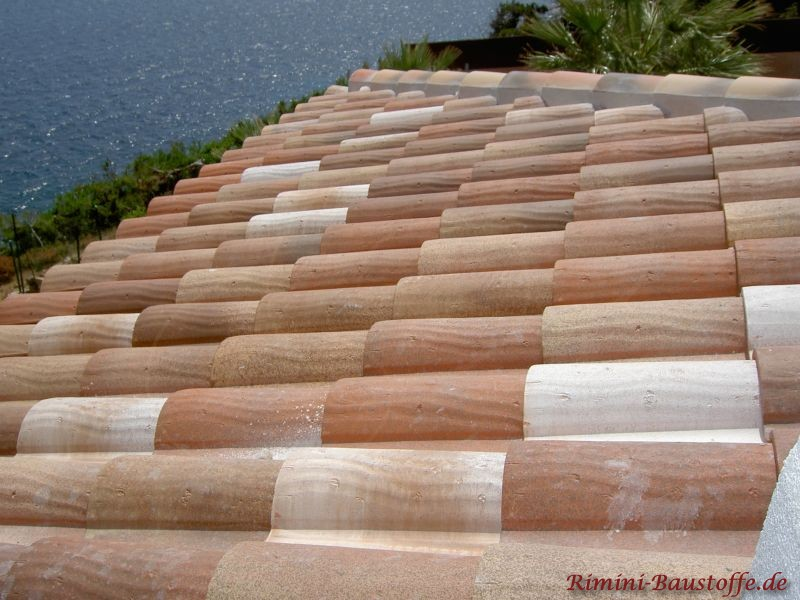 schönes helles mediterranes Dach mit alter Oberfläche