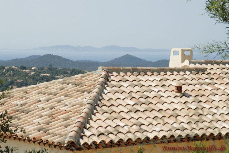 schöne helle sandfarbene mediterrane Dachziegel mit hellgelber Putzfassade