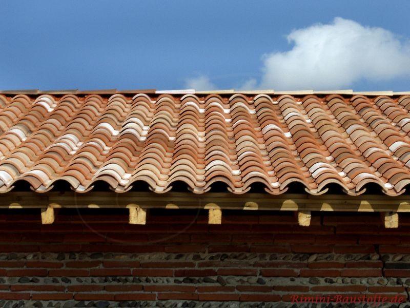 mediterranes Dach in schönen milden Rottönen und Klinkerfassade
