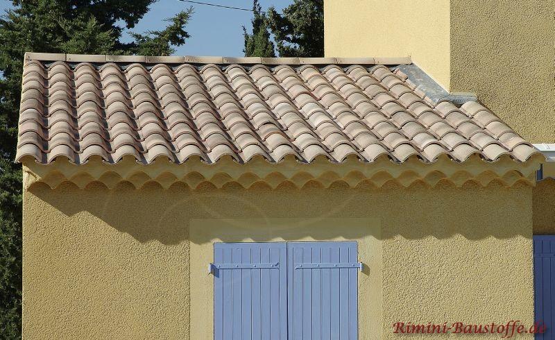 schöne helle mediterrane Dachziegel zu weißen Fensterläden