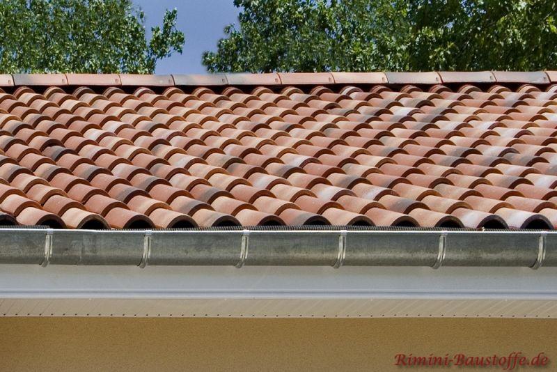 Aufnahme einer Traufe, sehr schönes mediterranes Dach in natürlichen Rottönen