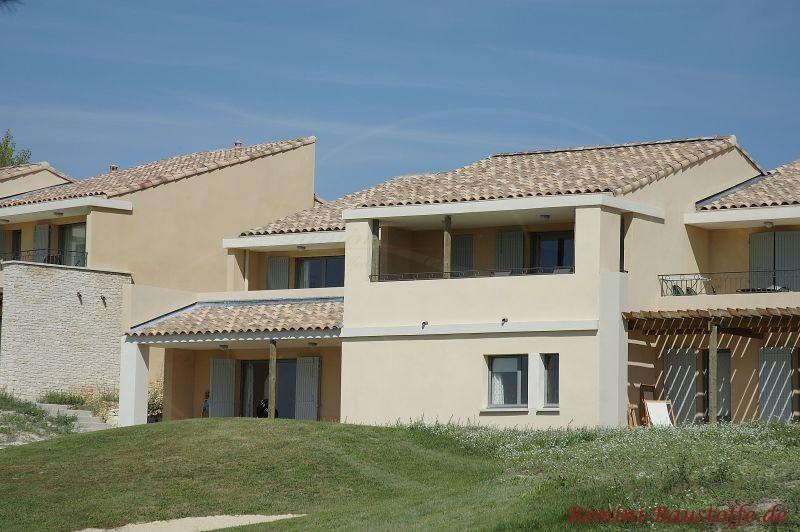 schöner heller Gebäudekomplex im südländischen Stil mit sehr schönen Dachziegeln in Sandfarben