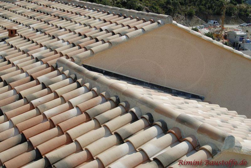 Nahaufnahme eines schönen mediterranen Daches in Herbstlaubfarben