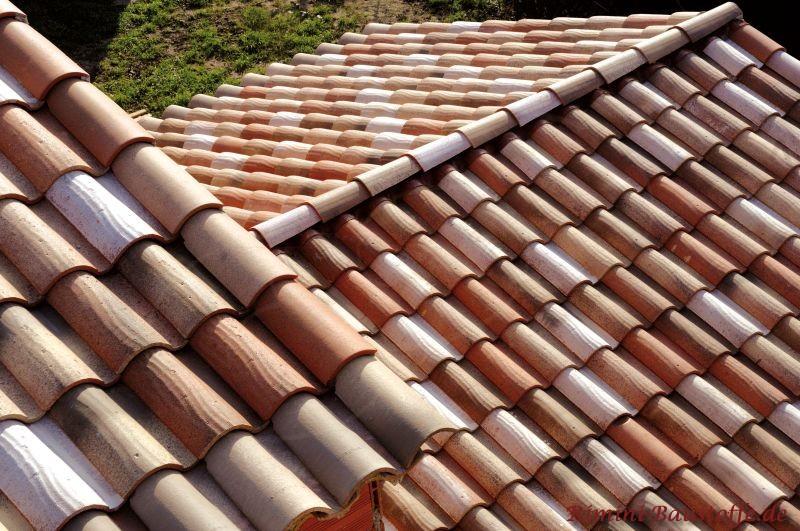 Aufsicht auf ein sehr schönes Dach mit mediterranen Ziegeln in einer Herbstlaubmischung
