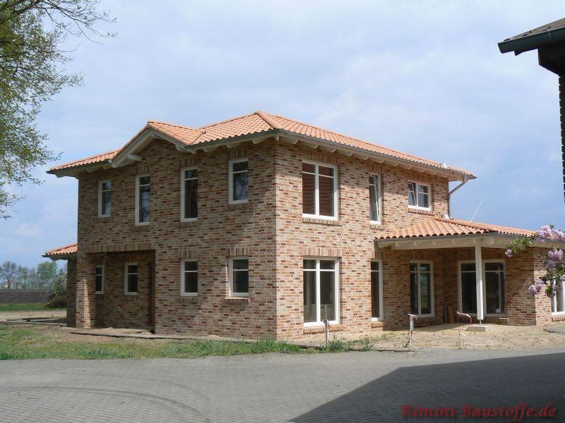 Norddeutscher Klinkerbau mit weißen Fenstern und sehr schönem mediterranen Dach