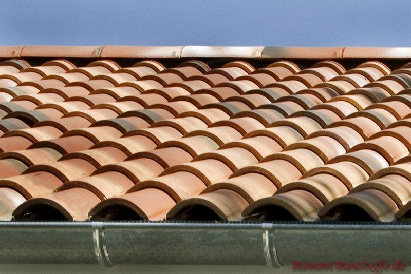 Hier ist eine Traufe zu sehen mit einer Aluminiumfarbenen Dachrinne