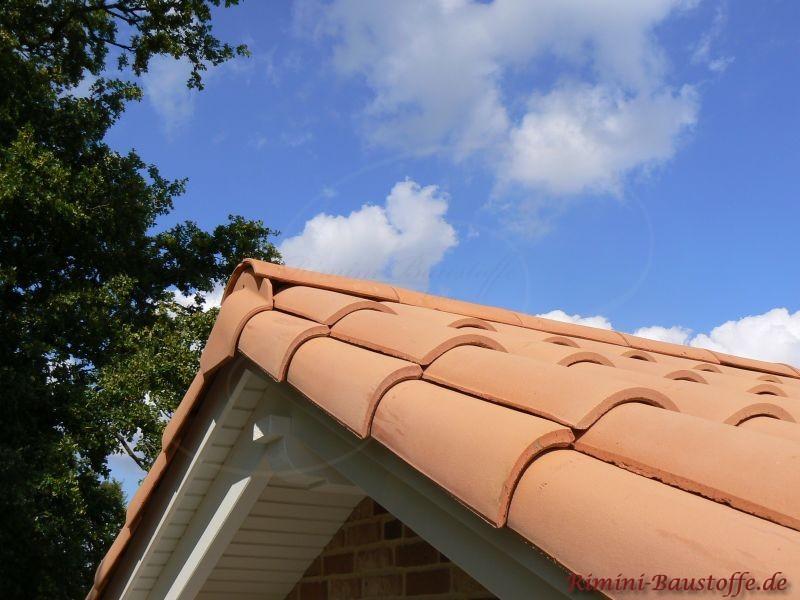 Giebel mit weißem Holzgebälk und sehr schönem milden roten Dach