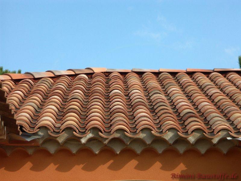 kräftige organge Putzfassade mit einem schönen passenden Dach und verzierter Traufe