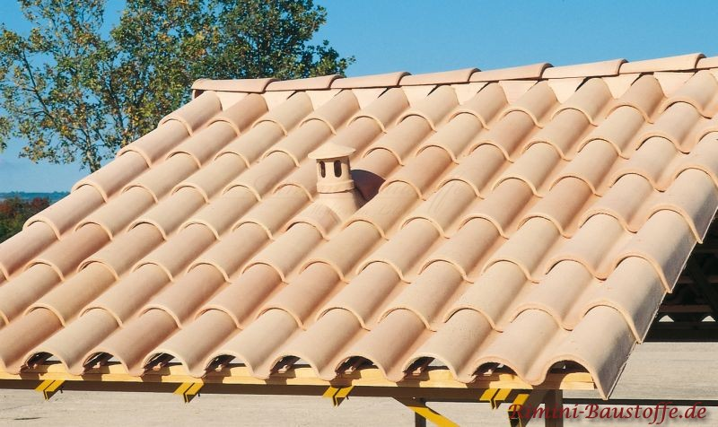sehr helles fast weißes Dach mit Sanitärlüfter  zu einer sandfarbenen Fassade