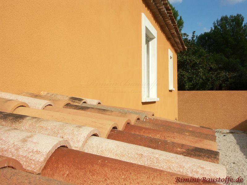 Nahaufnahme eines schönen mediterranen Ziegels zu einer kräftig gelben Putzfassade