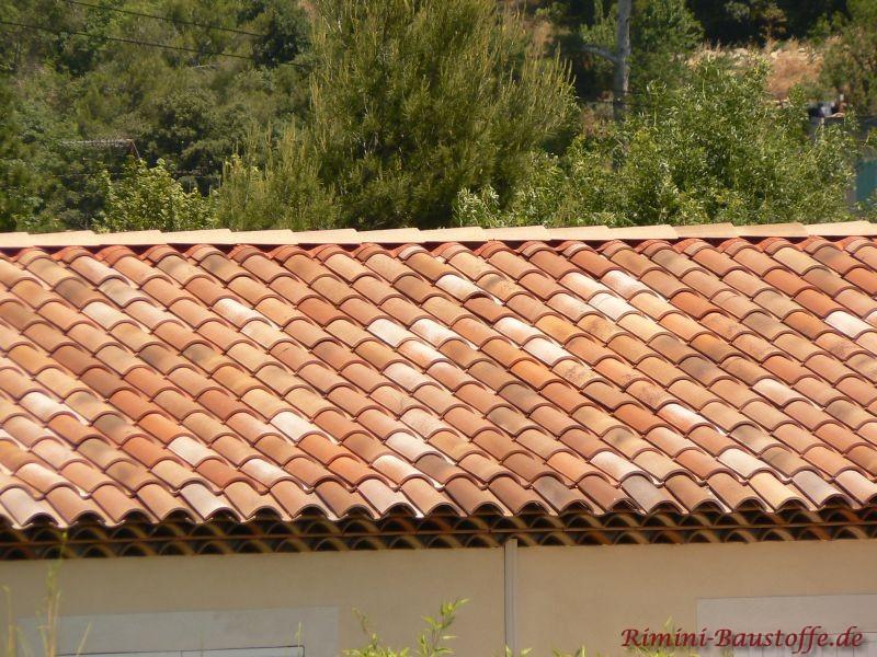 der Inbegriff vom Mediterranen: schöne hellgelbe Putzfassade mit rot geflammtem Dach und weißen Fenstern