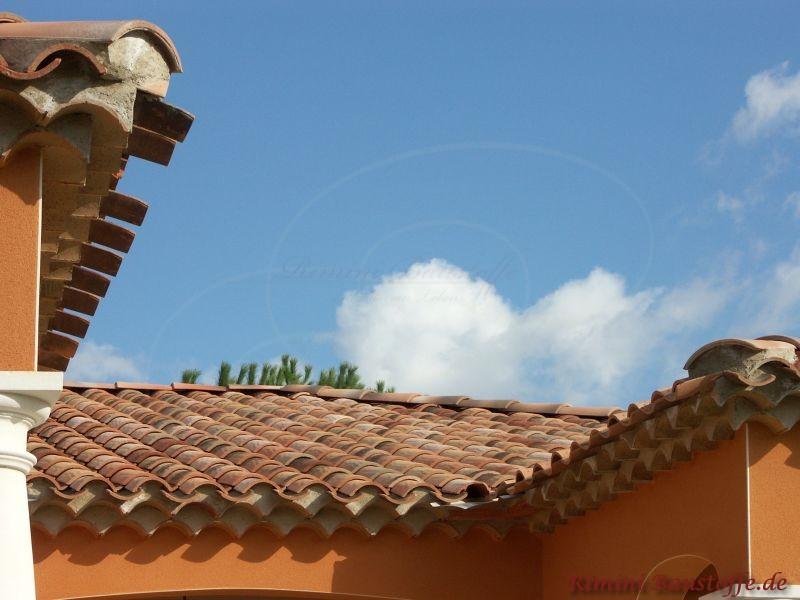 kräftige orange Putzfassade mit einem sehr schönen Dach in helleren Brauntönen