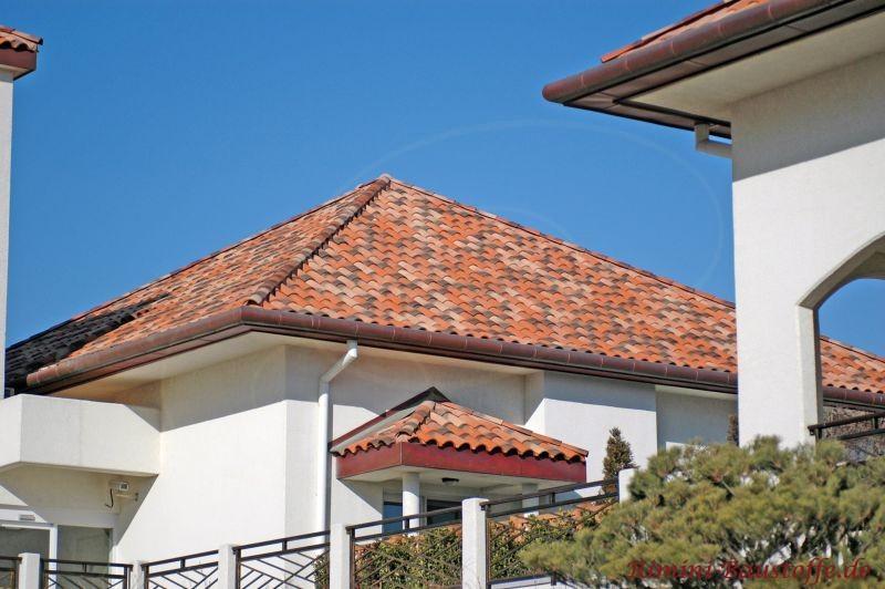 schöne weiße Fassade mit einem sehr schönen Dach im südländischen Stil