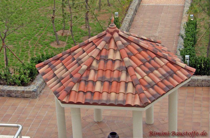 runder Pavillon mit weißen Pfeilern und schönen mediterranen Ziegeln in einer Herbstlaubmischung