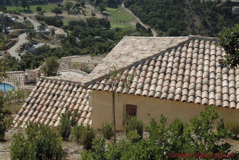 Aufsicht auf ein schönes Haus in Hanglage mit mildem Ziegel mit alter Oberfläche