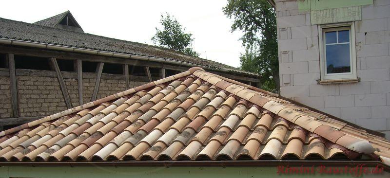 Zeltdach mit schöner Traufe als Anbau an ein Wohnhaus