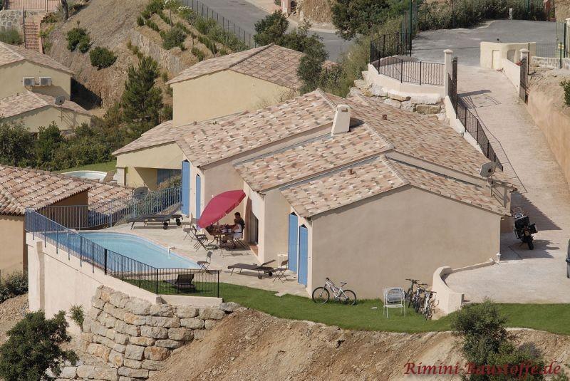 Ferienanlage in Spanien mit mehreren kleinen Finkas im südländischen Stil