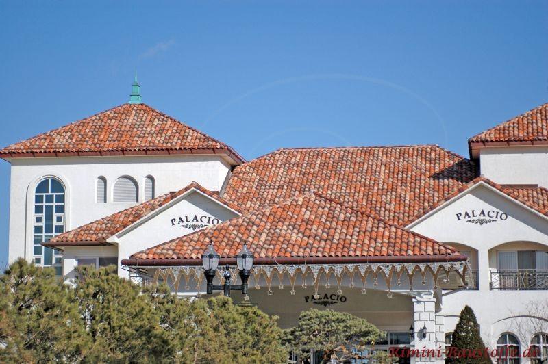 historisches Gebäude saniert mit sehr schönem Dach in kräftigen Rottönen