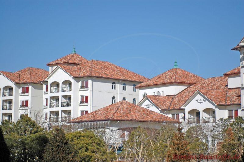Hotelanlage mit schönen roten Ziegeln, sehr mediterran