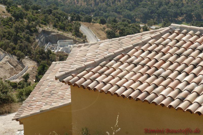 mediterranes Ferienhaus in Hanglage mit heller Putzfassade und mildem Dach in alter Oberfläche