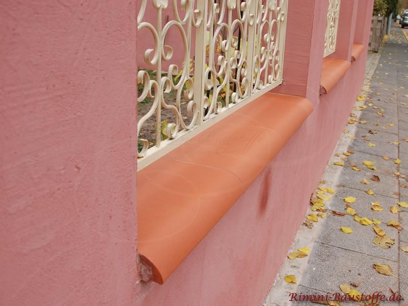 schöne rote Mauerabdeckung aus Ton
