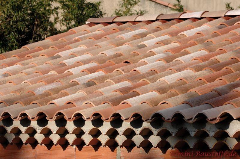 verzierte Traufe zu einer orangen Putzfassade und schönen Ziegeln