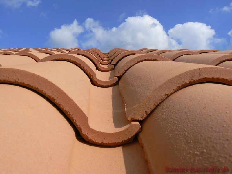 Nahaufnahme eines mediterranen Ziegels auf einem Dach. Schön zu erkennen der ausgeprägte Wulst