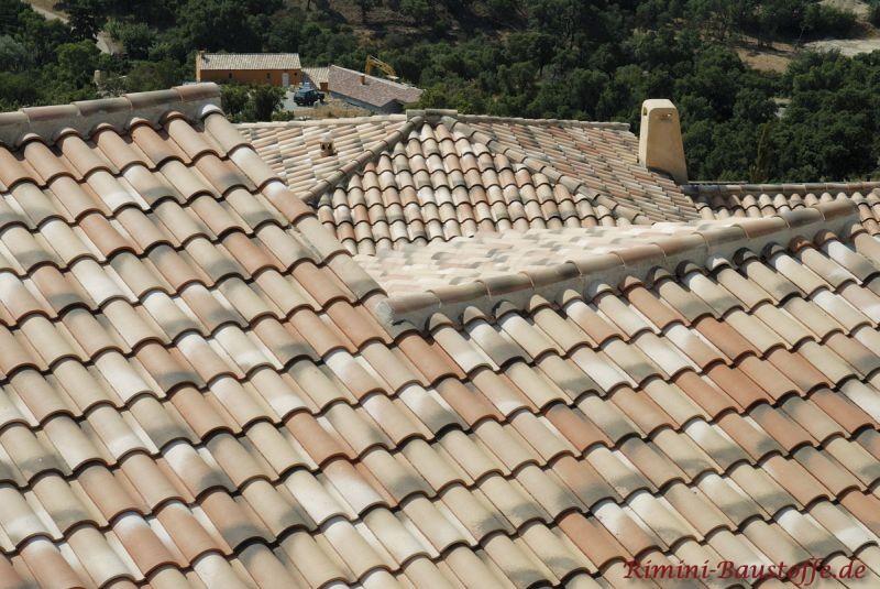 mediterrane Dächer in Erdtönen mit schönen Zierelementen