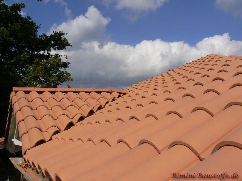 schönes mildes Dach mit mediterranen Ziegeln gedeckt. Kleine Dachgaube vorhanden